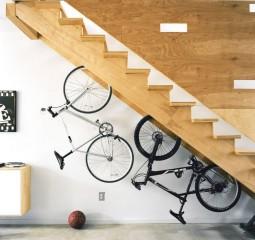 Храним велосипед под лестницей
