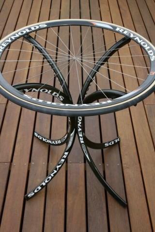 Стол из велосипедных ободов